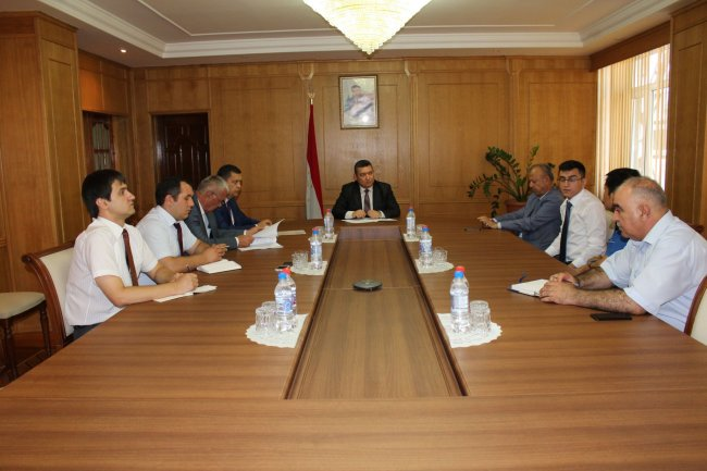 Meeting Minister of economic development and trade with the Executive Director of refinery